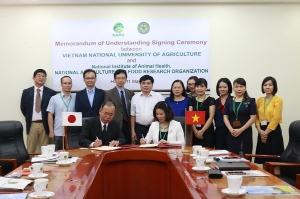 Signing the Memorandum of Understanding to officially establish the collaboration with the National Institute of Animal Health, Japan